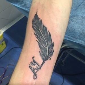 Tatuaje de pluma negra