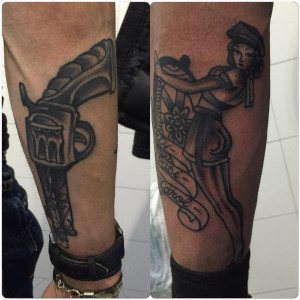Tatuaje de revolver y mujer navegando