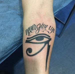Tatuaje de lettering y ojo