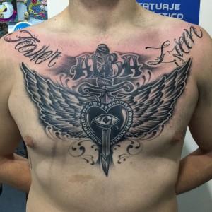 Tatuaje de lettering con alas