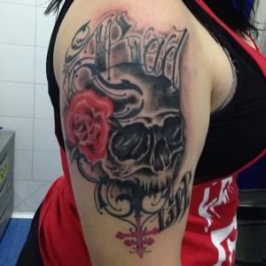Tatuaje de calavera con rosa roja