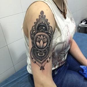 Tatuaje de adornos hindúes