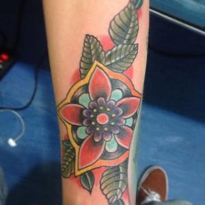 Tatuaje de flor multicolor