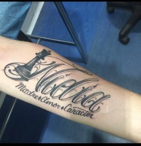 Tatuaje de lettering y pieza de ajedrez