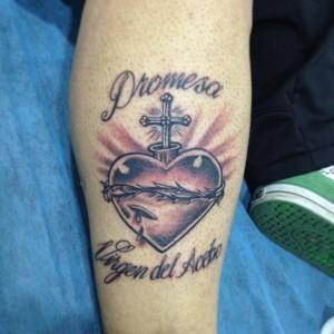 Tatuaje de corazón con cruz