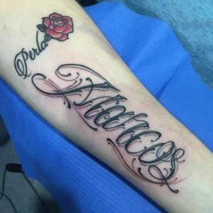 Tatuaje de lettering con nombre de Marcos