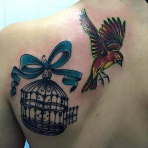 Tatuaje de pajaro saliendo de su jaula