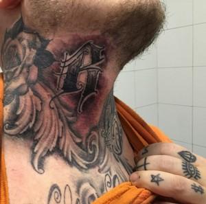 Tatuaje de alas en cuello