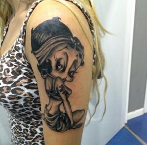 Tatuaje de muñeca pin-up