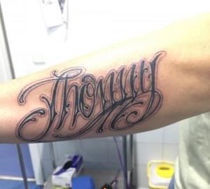 Tatuaje de lettering con nombre de Jhonny
