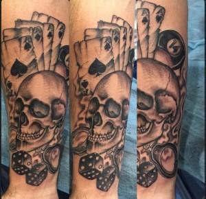 Tatuaje de calavera con cartas de póker