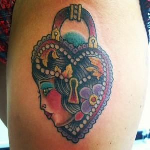Tatuaje de candado con rostro de mujer