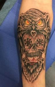 Tatuaje de búho y calavera