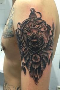 Tatuaje de reloj con búho