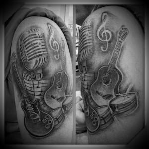 Tatuaje de guitarra y micrófono