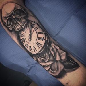 Tatuaje de calavera, reloj y rosa
