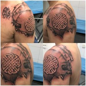 Tatuaje de escudo en el hombro