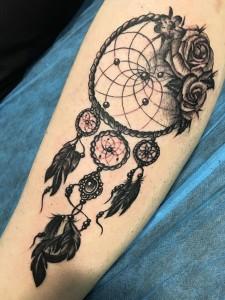 Tatuaje de atrapasueños en negro y rojo