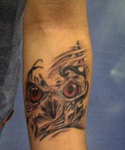 Tatuaje de cabeza de buho en brazo