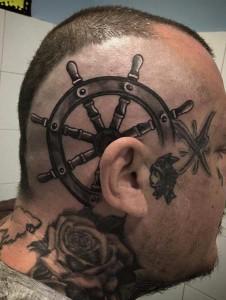 Tatuaje de timón de barco en cabeza