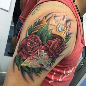 Tatuaje de rosas rojas, diamante y corona de rey