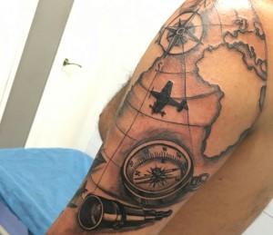 Tatuaje del mapa del mundo y brújula
