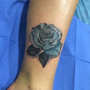 Tatuaje de flor azul