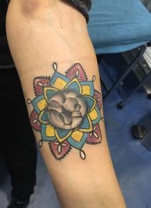 Tatuaje de mandala en color