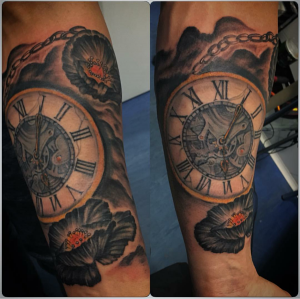 Tatuaje en brazo de reloj antigüo realizado en nuestro centro de La Vaguada de Madrid