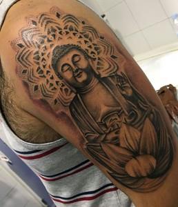 Tatuaje en brazo de dios Budha