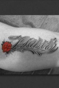 Tatuaje de lettering con nombre de Isabel