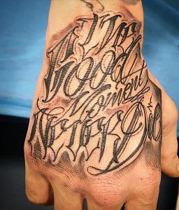 Tatuaje de lettering en mano