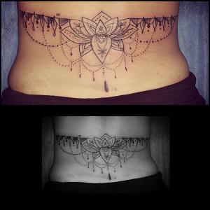 Tatuaje de mandala en espalda