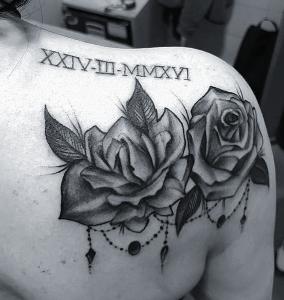 Tatuaje de rosas y números romanos