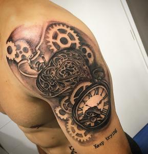 Tatuaje de reloj y mecanismo