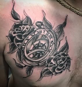Tatuaje de reloj y rosas negras en pecho