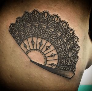 Tatuaje de abanico realizado en nuestro centro de Madrid