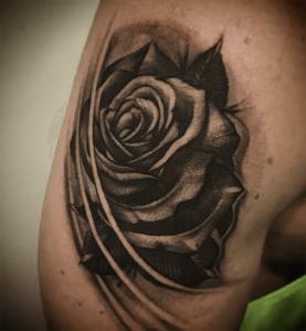 Tatuaje de rosa realizado en nuestro centro de Vaguada de Madrid