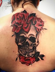 Tatuaje de calavera con rosas realizado en nuestro centro de Vaguada de Madrid