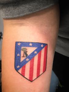 Tatuaje de escudo del Atleti realizado en nuestro centro de Vaguada de Madrid