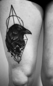 Tatuaje de cabeza de cuervo realizado en nuestro centro de Vaguada de Madrid