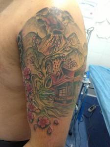 Tatuaje de pagoda y volcán