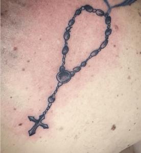 Tatuaje de rosario realizado en nuestro centro de Vaguada de Madrid