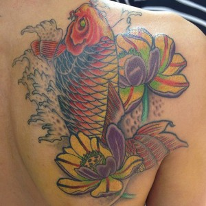 Tatuaje de pez multicolor
