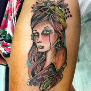 Tatuaje de mujer llorando