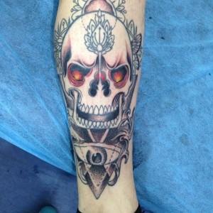 Tatuaje de calavera con ojos rojos