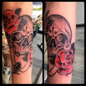 Tatuaje de calavera y rosas